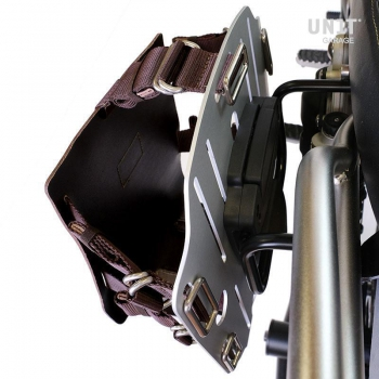 Portabolsa de aluminio con frontal de cuero ajustable, enganche rápido y marco
